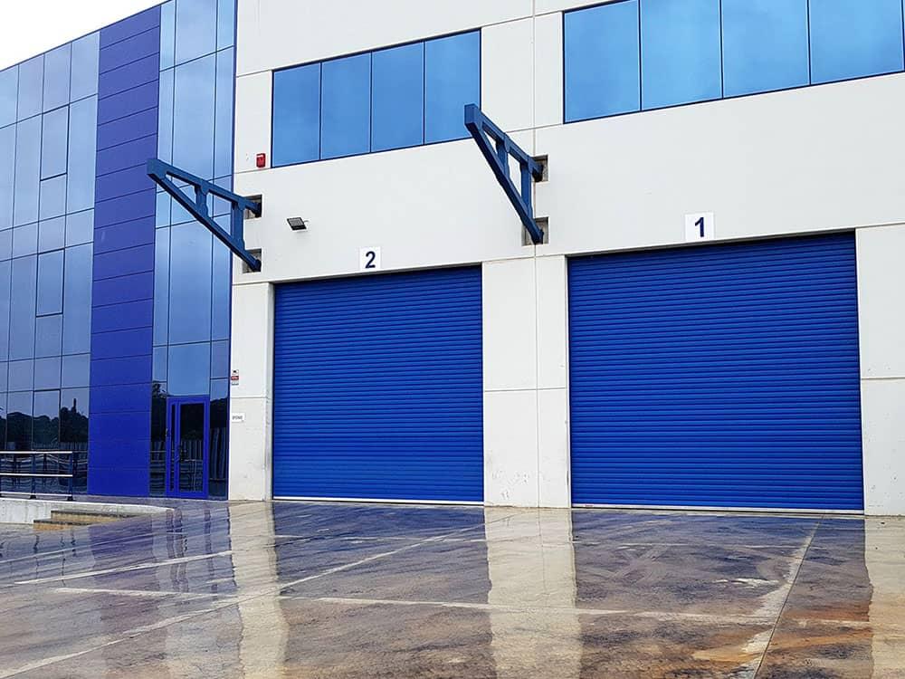 Instalación de puertas industriales y sistemas de carga PVH